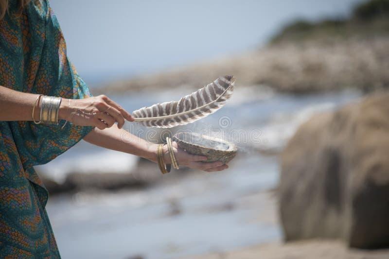Les mains élégantes des femmes chamaniques photos libres de droits