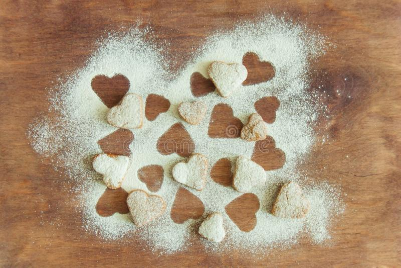Les mains d'enfant en bas âge prépare la pâte, font des biscuits cuire au four dans la cuisine Concept haut étroit de leasure de  photo stock