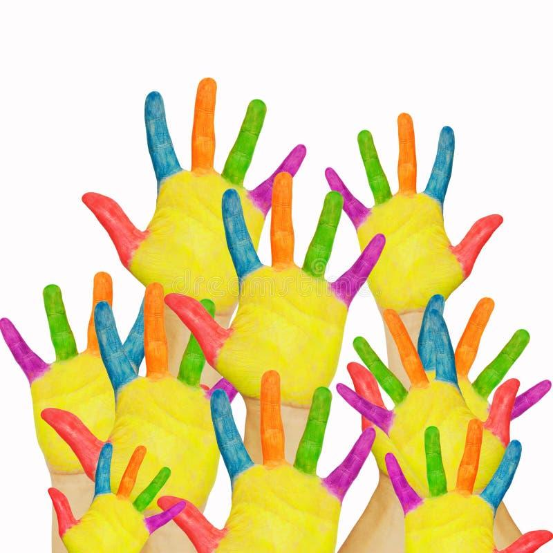 Les mains de beaucoup d'enfants peints augmentées vers le haut. photographie stock