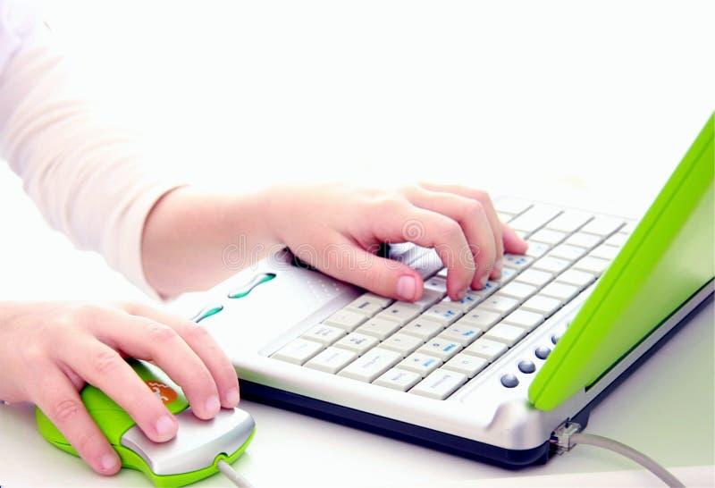 Les mains de Childs sur l'ordinateur photo libre de droits