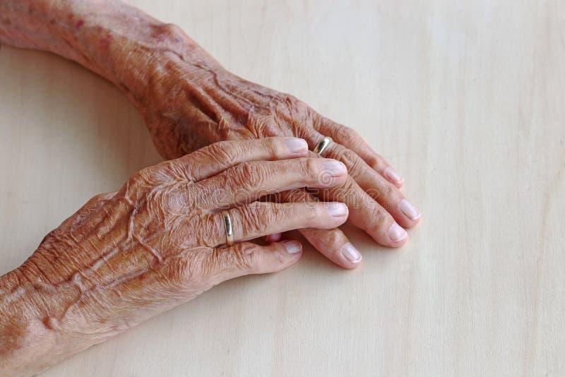 Les mains de dame âgée même photo stock