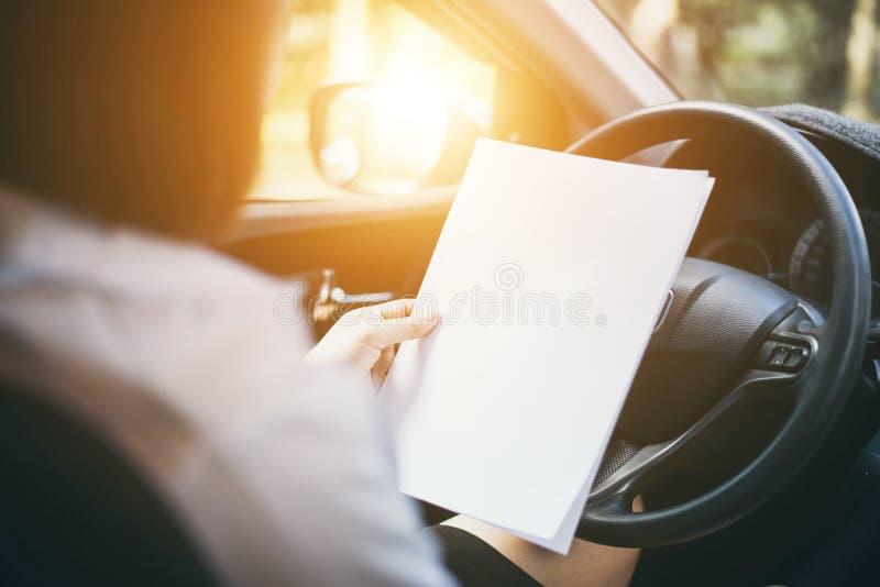 Les mains de femme d'affaires tenant des documents images stock