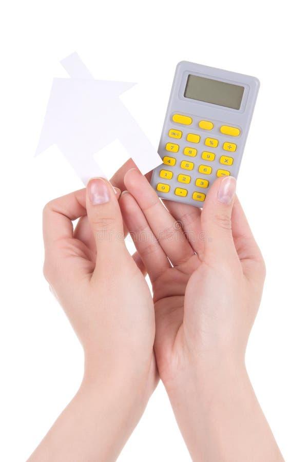 Les mains de femme tenant la maison de calculette et de papier ont isolé o photographie stock libre de droits