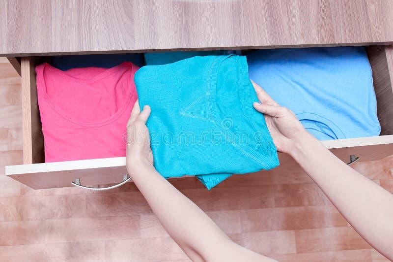 Les mains de fille sortent des vêtements de la raboteuse Vue supérieure, plan rapproché image libre de droits