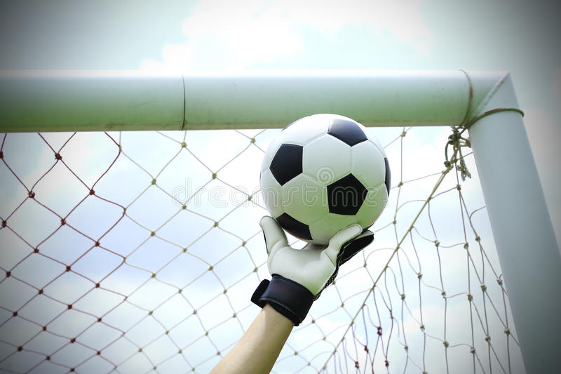 Les mains de gardien de but du football économisent image libre de droits