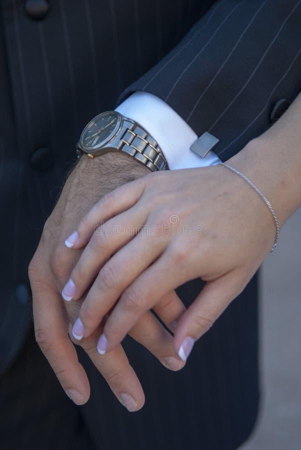 Les mains de jeunes mariés photographie stock