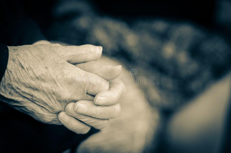 Les mains de l'aîné image stock
