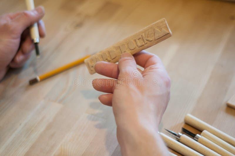 Les mains de l'artisan d?coupent avec une gouge D?coupage du bois Ensemble de découpage en bois sur une table en bois images libres de droits