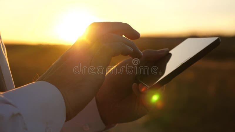Les mains de l'homme conduisent leurs doigts au-dessus de comprimé email de contrôles d'homme Homme d'affaires travaillant au com images stock