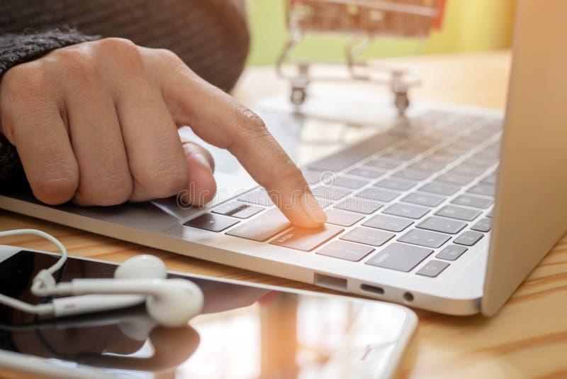 les mains de la femme dactylographiant sur le clavier ou l'homme d'affaires d'ordinateur portable à l'aide du dispositif intellig photographie stock libre de droits