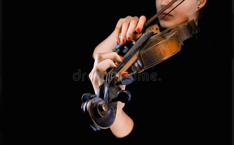 Les mains de la femme jouant le violon image stock