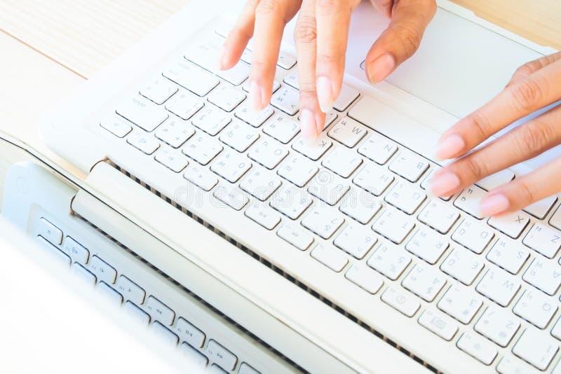 Les mains de la femme utilisant l'ordinateur portable ou le carnet Travaillant à la maison, indépendant, vente en ligne Utilisant photos stock