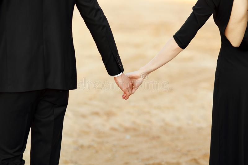 Les mains de la fin de jeunes mariés  photo stock