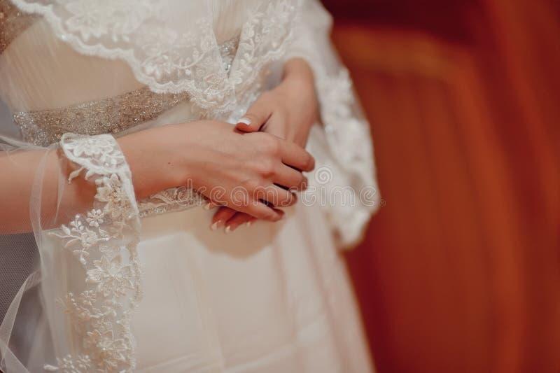 Les mains de la jeune mariée images libres de droits