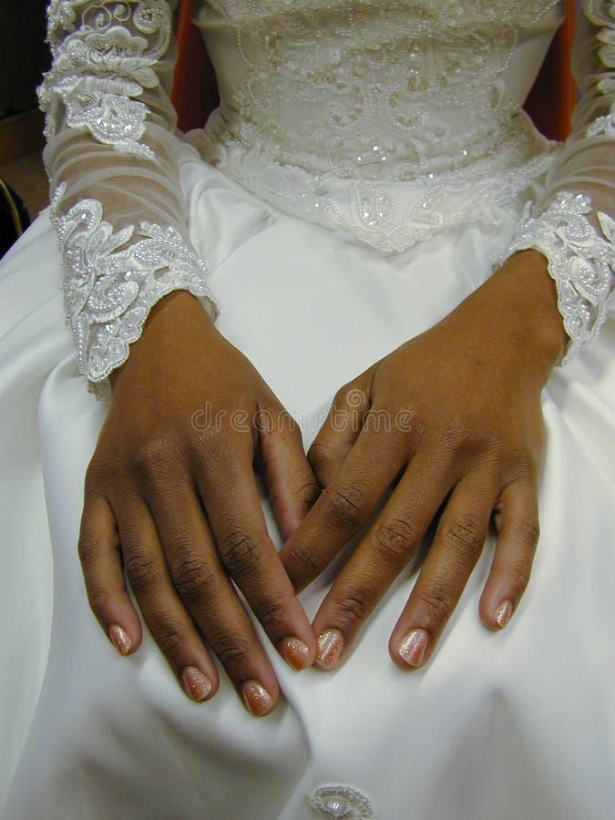 Les mains de la mariée photo stock