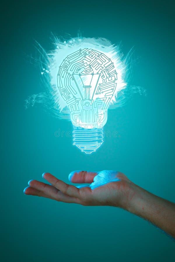 Les mains de la participation d'homme d'affaires ont illuminé le signe d'ampoule images libres de droits