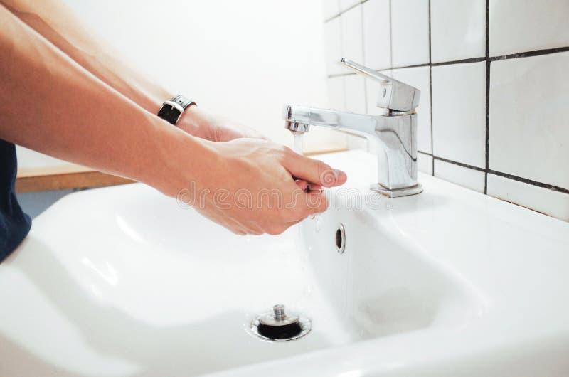 Les mains de lavage pratiquent la bonne hygiène personnelle photos stock