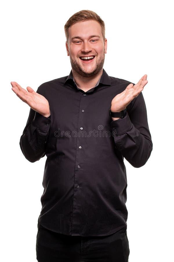 Les mains de sourire et de propagation d'homme barbu ne savent pas quoi dire dans la réponse Langage du corps images stock