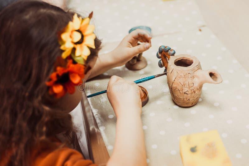 Les mains des enfants sculpte photo libre de droits