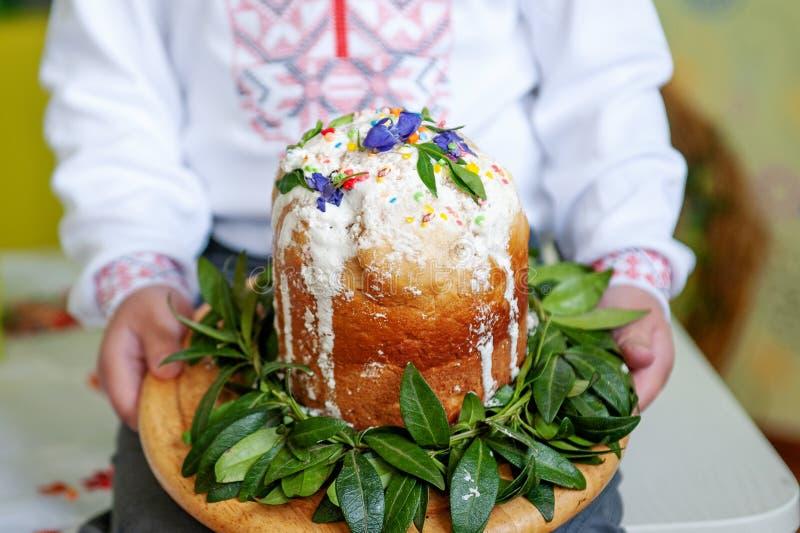 Les mains des enfants tiennent le gâteau décoré de Pâques, plan rapproché photographie stock
