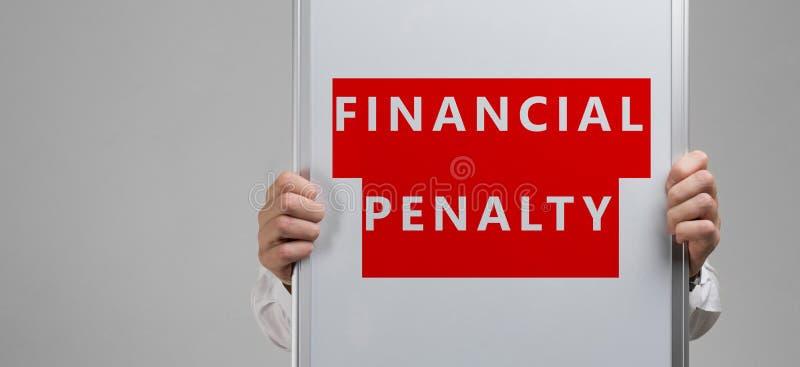 Les mains des hommes tenant une affiche avec l'inscription sur une pénalité financière de fond rouge est isolées photo libre de droits