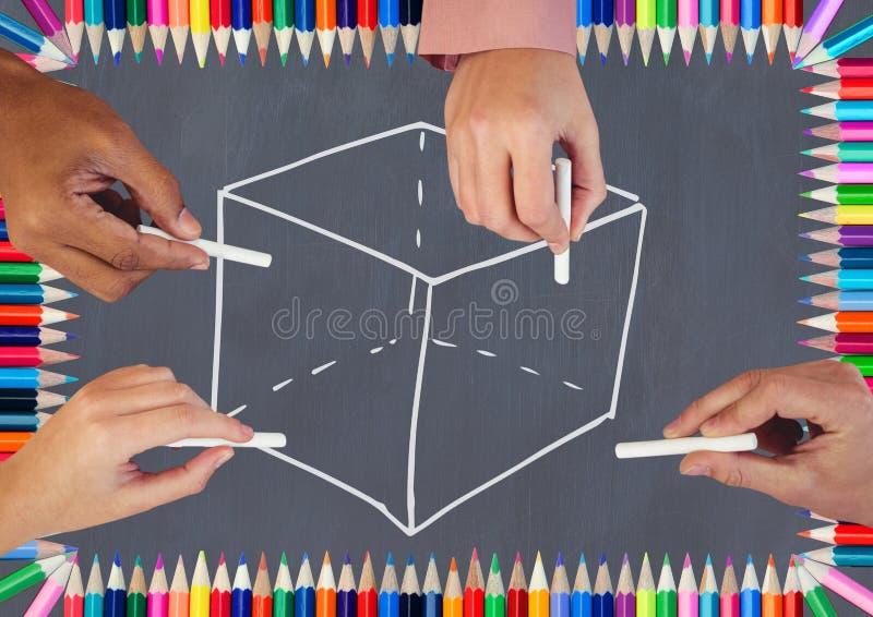 Les mains dessinant le cube sur le tableau noir avec la coloration crayonnent photo libre de droits