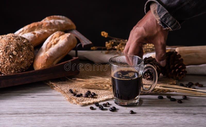 Les mains du barman livrent le café aux clients photo libre de droits