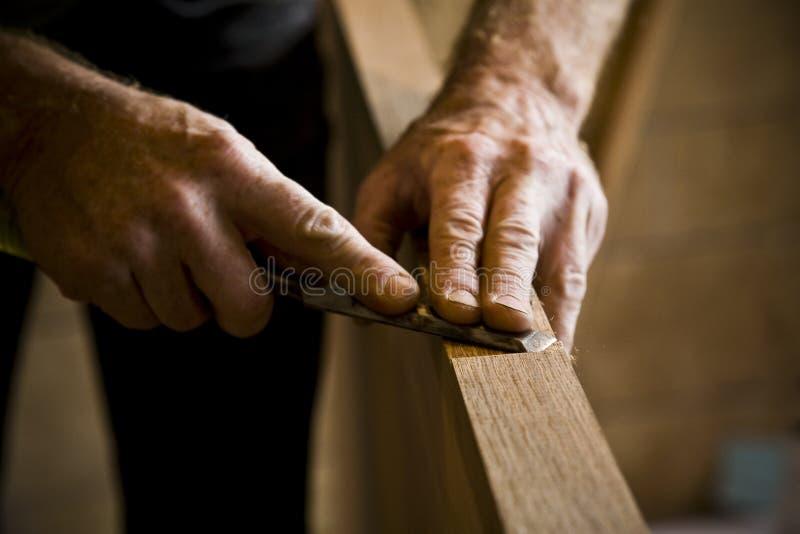 Les mains du charpentier au travail images libres de droits
