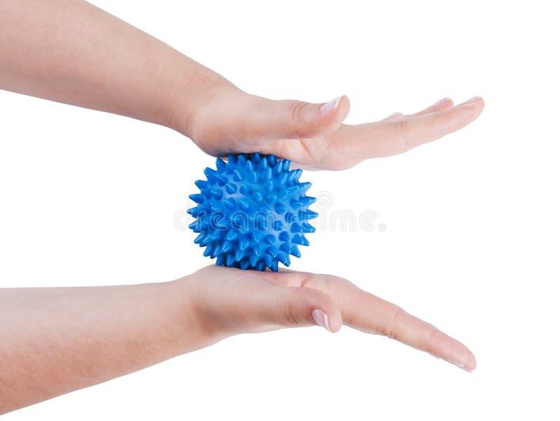 Les mains du femme avec la bille de massage photo libre de droits