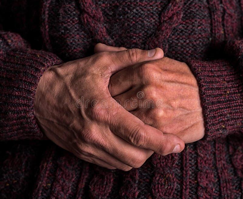 Les mains du mâle plus âgé image stock