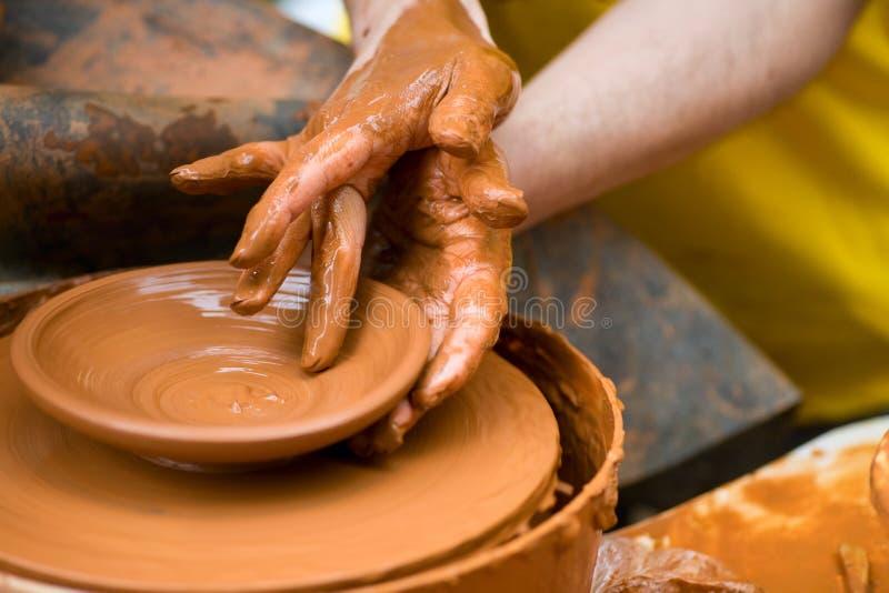 Les mains du potier photo stock
