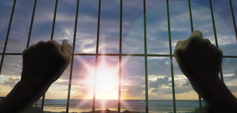 Les mains du prisonnier, veulent la liberté image libre de droits