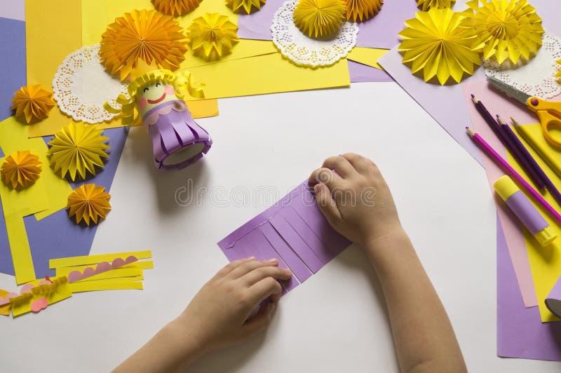 Les mains du ` s d'enfants font une princesse du papier Pratique pour une partie images stock