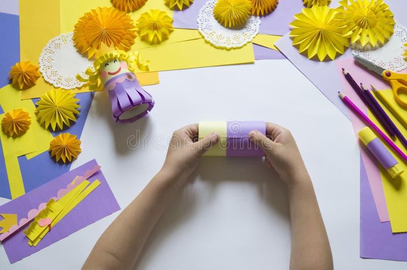 Les mains du ` s d'enfants font une princesse du papier Pratique pour une partie photo libre de droits