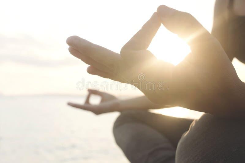 Les mains du ` s de femme tiennent le soleil et son énergie photographie stock libre de droits