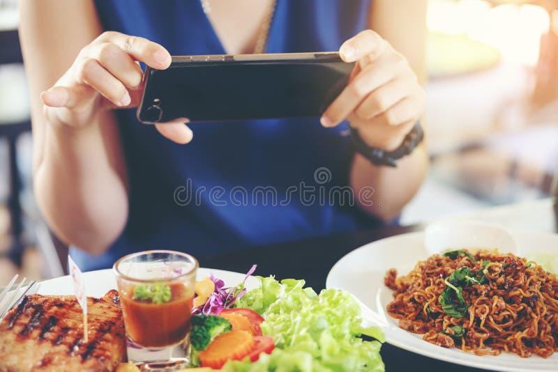Les mains en gros plan du ` s de femme emploient diriger le téléphone intelligent mobile de doigt dessus photo stock