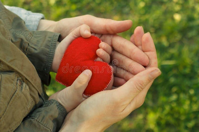 Les mains enfantent et fils avec la forme de coeur, le soin et le concept d'amour photographie stock libre de droits