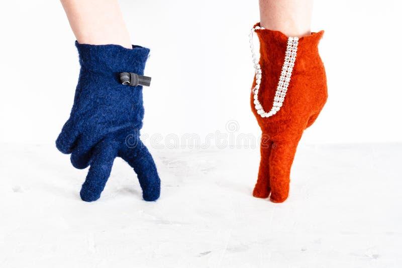 Les mains enfilées de gants montrent la dame et le monsieur de danse image libre de droits