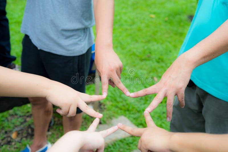 Les mains et les doigts se joignent ensemble comme étoile de victoire pour l'équipe forte photographie stock