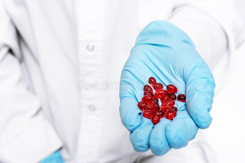 Les mains et les pilules rouges se ferment  Traitement et soins de santé M?decine pour le divers concept d'h?pital des maladies image libre de droits