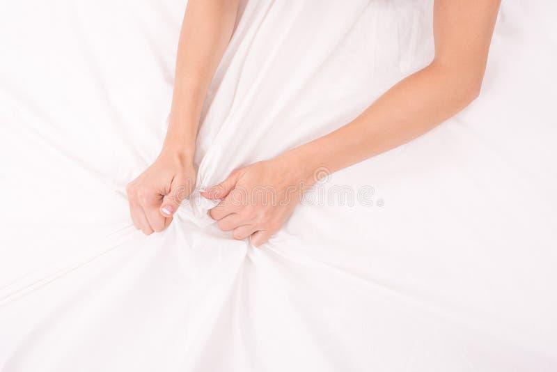 Les mains femelles chiffonnent la feuille blanche, femme faisant le sexe, foyer sur des mains photo libre de droits