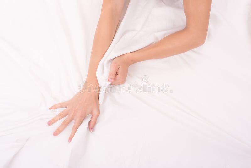 Les mains femelles chiffonnent la feuille blanche, femme faisant le sexe, foyer sur des mains images libres de droits