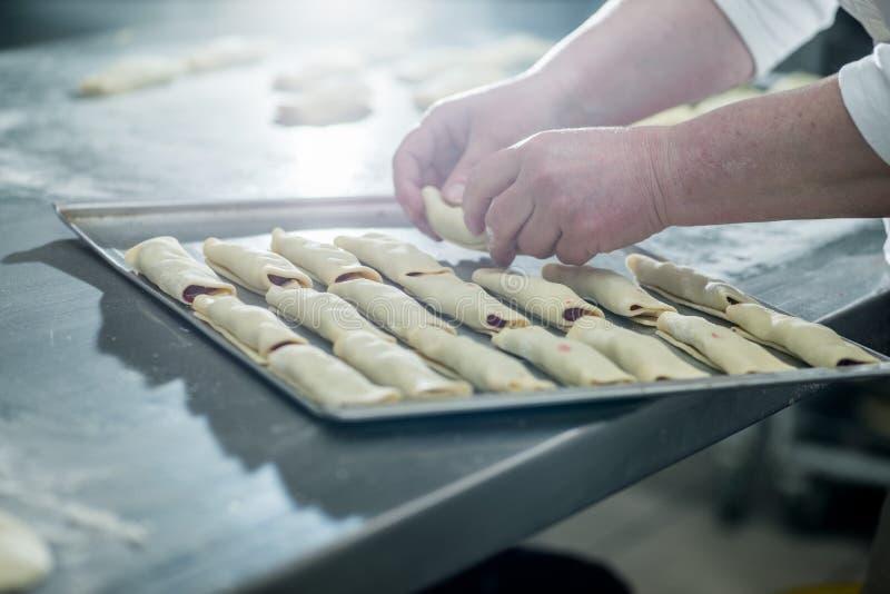 Les mains femelles de Baker image libre de droits