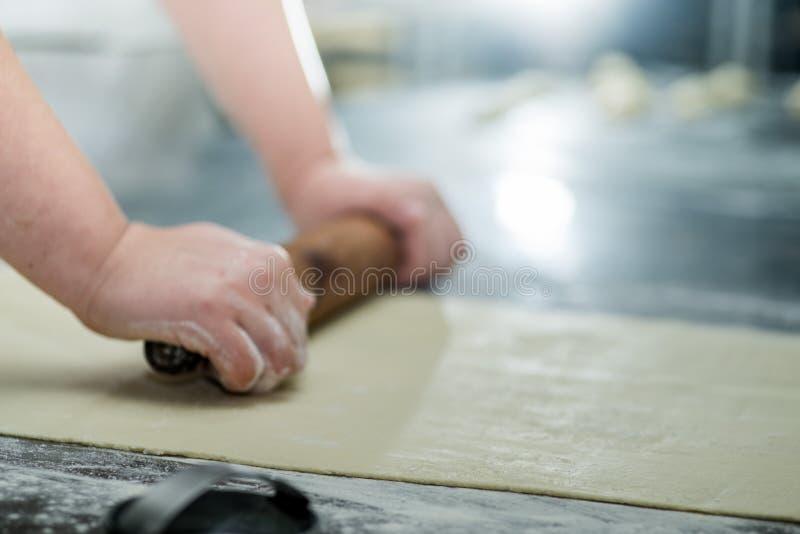 Les mains femelles de Baker images stock