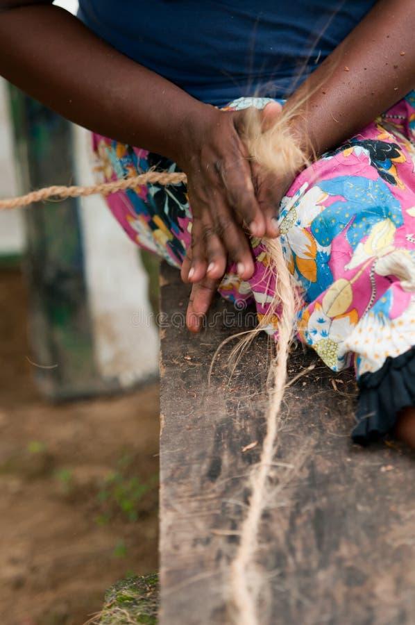 Les mains femelles effectuent un maïs à partir de la fibre de coprah de noix de coco images libres de droits