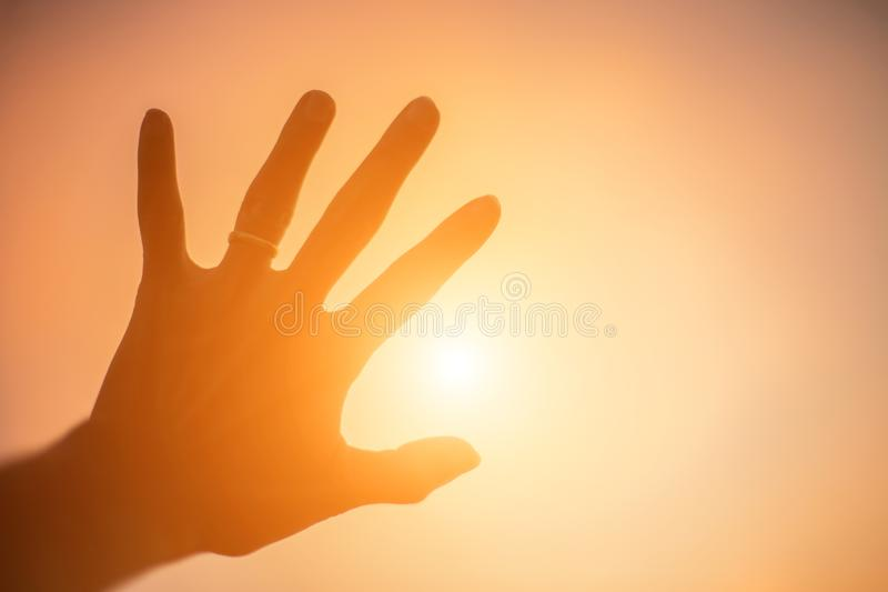 Les mains forment pour le Sun photo libre de droits