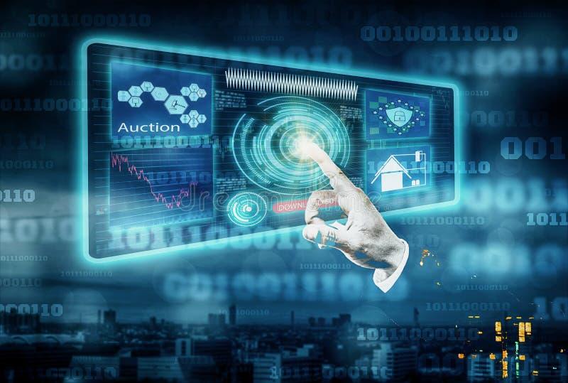 Les mains futuristes des hommes d'affaires touchent l'écran d'interface avec des icônes et l'information sur les ventes aux enchè image libre de droits