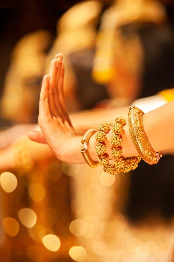 Les mains gracieuses des danseurs d'Apsara de Khmer dans le costume de tradition exécute la danse classique de Khmer photos stock