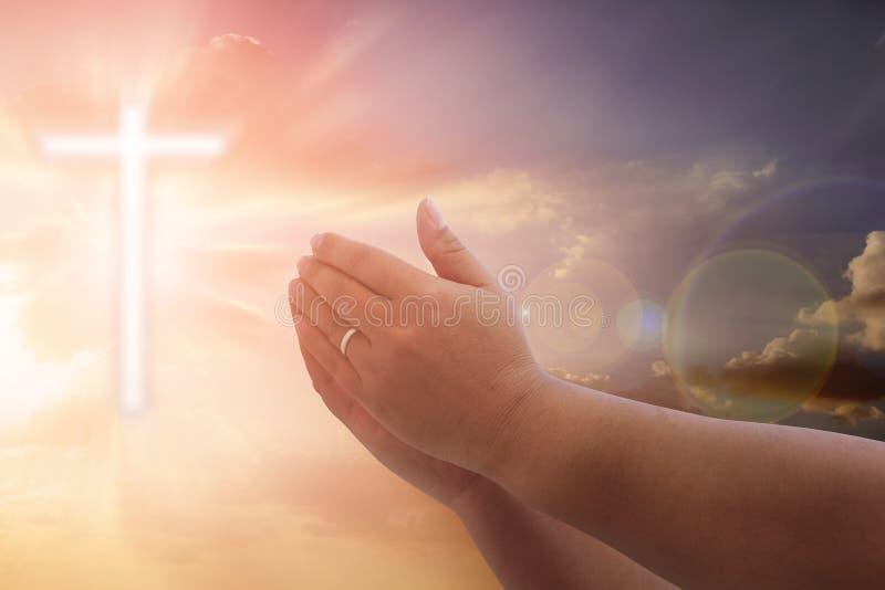 Les mains humaines ouvrent le culte haut de paume La thérapie d'eucharistie bénissent Dieu il images stock