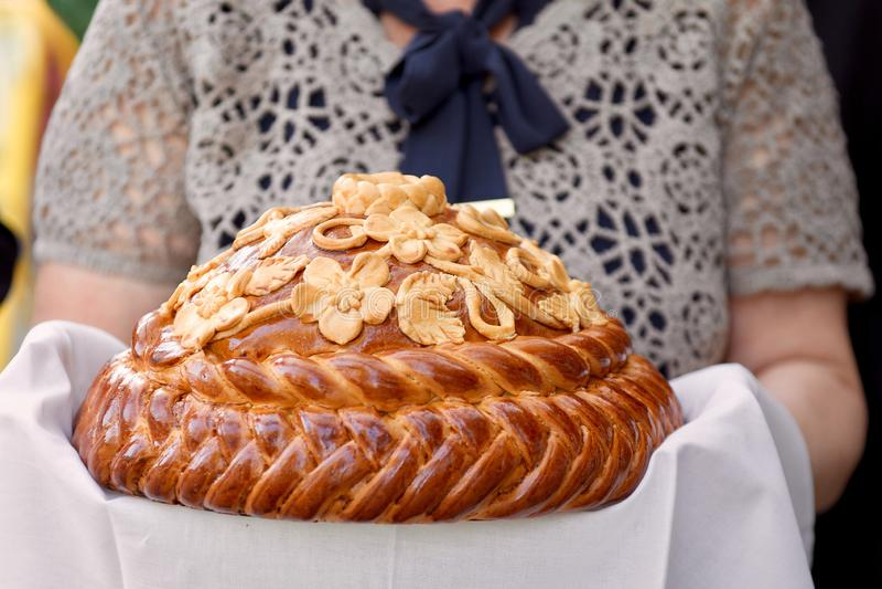les mains jugent traditionnellement décoré épousant le pain images libres de droits